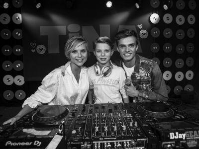 DJ Pieter Gabriel (12) laat het publiek uit zijn dak gaan